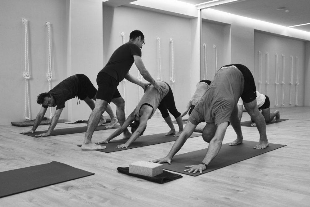 Ajustes manuales en Yoga: el arte de la sutileza